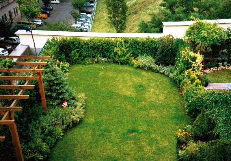 За градината